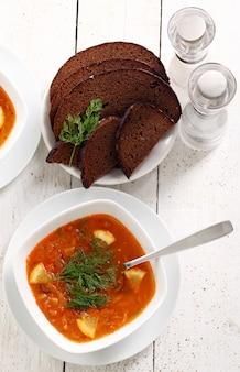 Zupa barszczowa i chleb żytni