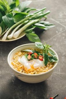 Zupa błyskawiczna z makaronem połóż jajko i warzywa