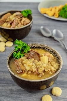 Zupa borowikowa z ziemniakiem i kaszą perłową. kuchnia białoruska.