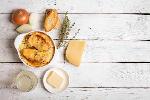 Zupa cebulowa i jej składniki widok z góry