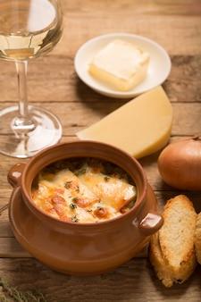 Zupa cebulowa z chlebem i serem