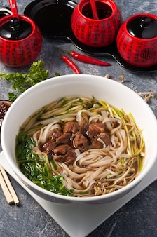 Zupa chińska z cielęciną makaronem ryżowym, ogórkiem i ziołami