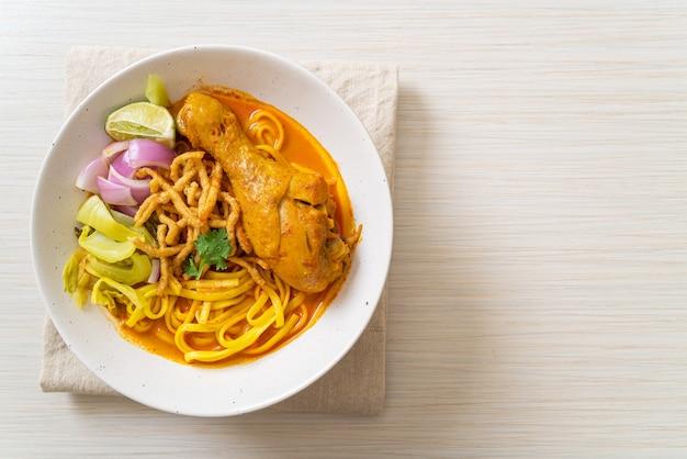Zupa curry z makaronem północnotajskim z kurczakiem (kao soi kai) - po tajsku