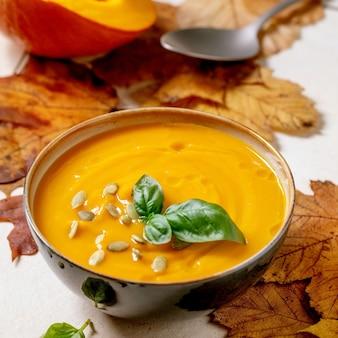 Zupa dyniowa lub marchewkowa z zieleniną bazyliową