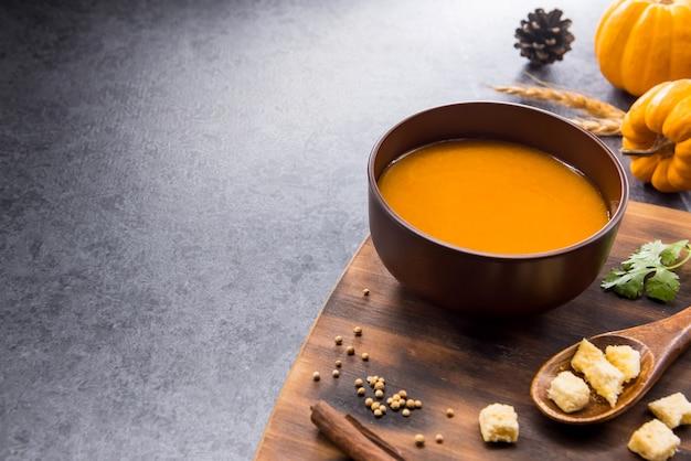Zupa dyniowa na halloween i święto dziękczynienia. zbiory i jesień w sezonie jesiennym. jedzenie na ferie zimowe.