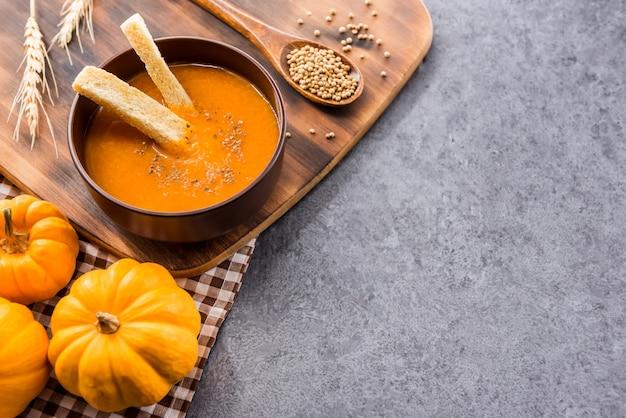 Zupa dyniowa na halloween i święto dziękczynienia. zbiory i jesień w sezonie jesiennym.