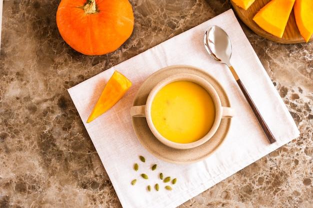 Zupa dyniowa to tradycyjna zupa sezonowa. widok z góry.