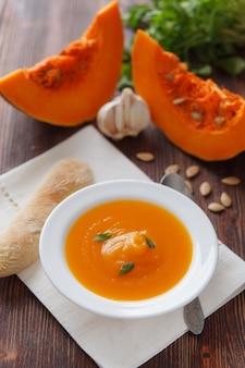 Zupa dyniowa w białej misce