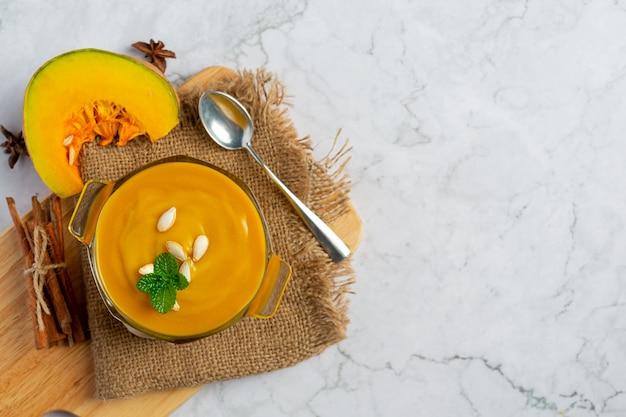 Zupa dyniowa w szklanej misce umieścić na tkaninie worek