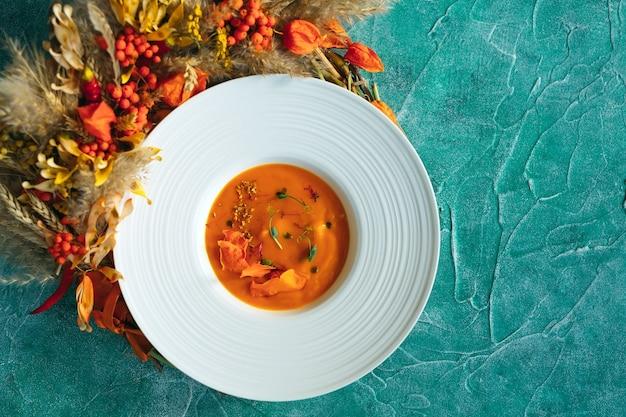 Zupa dyniowa w widoku z góry talerz