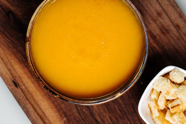 Zupa dyniowa z bocznymi krakersami
