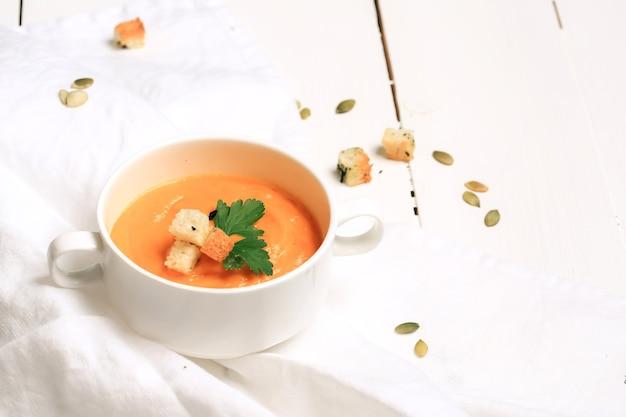 Zupa dyniowa z grzankami czosnkowymi