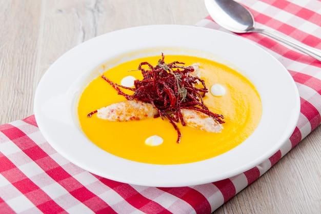 Zupa dyniowa z kotletami z kurczaka i frytkami z buraków