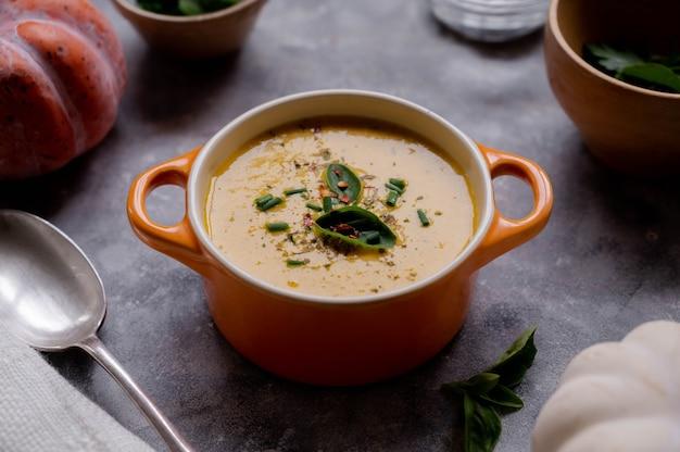 Zupa dyniowa z mlekiem kokosowym. pyszne wegańskie, sezonowe jesienne jedzenie.