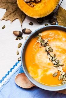 Zupa dyniowa z nasionami kremowymi i dyniowymi