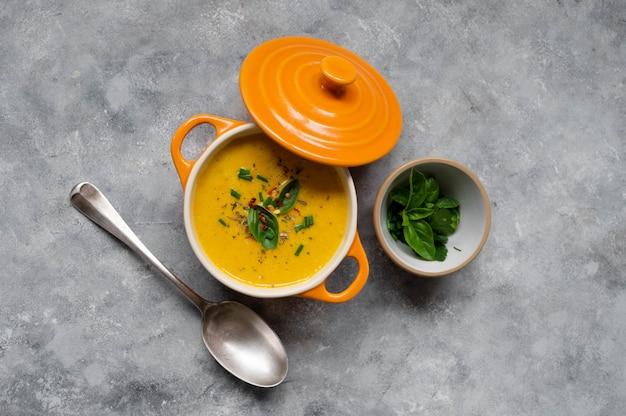 Zupa dyniowa ze świeżej pomarańczy piżmowej z mlekiem kokosowym. pyszne wegańskie, sezonowe jesienne jedzenie.