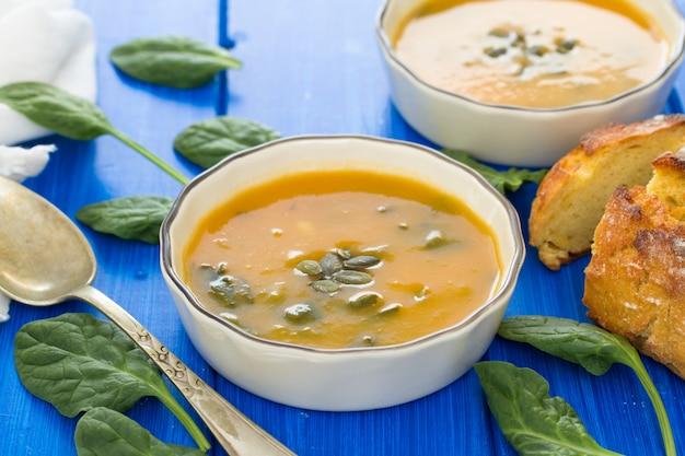 Zupa dyniowa ze szpinakiem i chlebem kukurydzianym