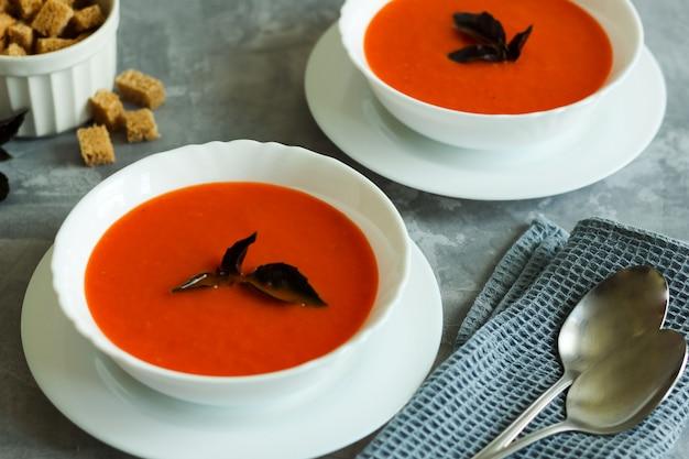 Zupa gaspacho w białych miseczkach