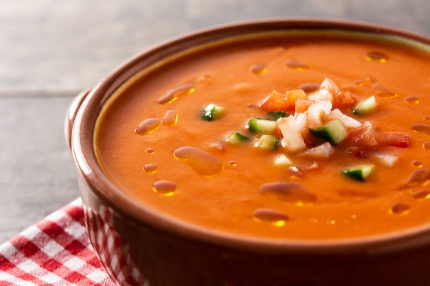 Zupa gazpacho w garnku na drewnianym stole tradycyjne hiszpańskie jedzenie