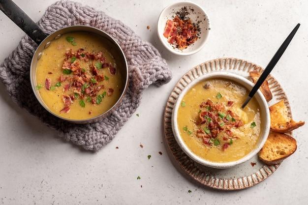 Zupa grochowa z soczewicy ozdobiona boczkiem i żeberkami wieprzowymi