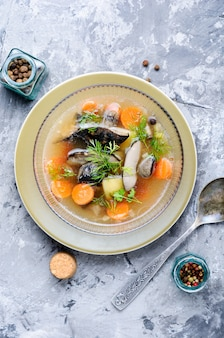 Zupa grzybowa na marmurowej powierzchni