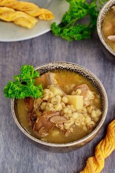 Zupa grzybowa portobello z ziemniakami i kaszą pęczak. ścieśniać.