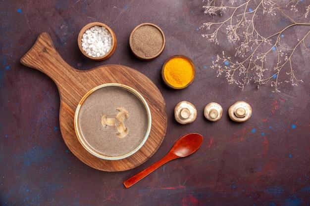 Zupa grzybowa widok z góry na ciemnej przestrzeni