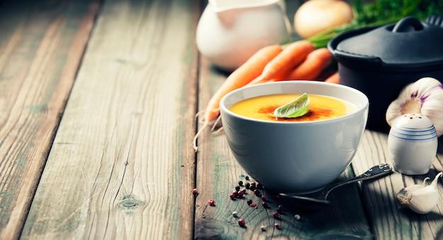 Zupa jarzynowa krem w misce na stare drewniane tła