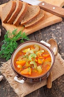 Zupa jarzynowa na starej drewnianej powierzchni
