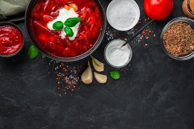 Zupa jarzynowa z burakiem i pomidorem, barszcz. widok z góry z miejscem na kopię. pojęcie tła kulinarnego.