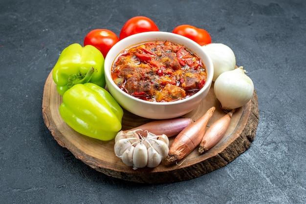 Zupa jarzynowa z widokiem z przodu ze świeżymi warzywami na szarej przestrzeni