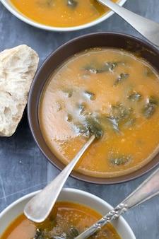 Zupa jarzynowa ze szpinakiem na ceramicznym stole