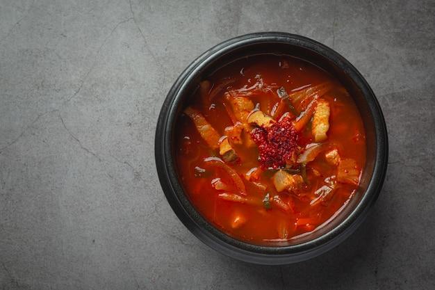 Zupa kimchi jikae lub kimchi gotowa do spożycia w misce