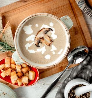 Zupa krem grzybowa z kawałkiem grzyba