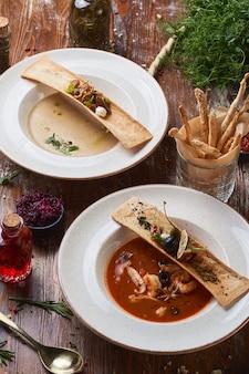 Zupa krem grzybowo-pomidorowy na drewnianym stole