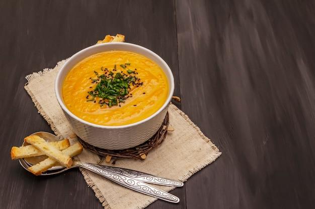 Zupa krem jarzynowa. koncepcja zdrowego wegańskiego (wegetariańskiego) odżywiania. czosnek, grzanki, przyprawy, aromatyczne przyprawy