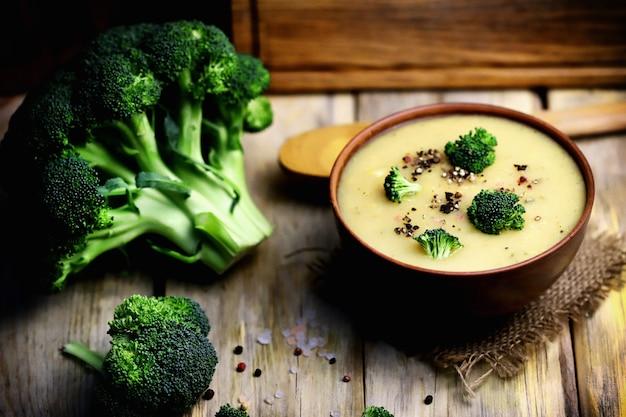 Zupa krem jarzynowa z brokułami w misce.