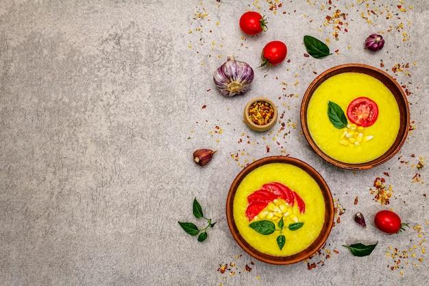 Zupa krem kukurydziana ze świeżymi warzywami, ziołami i przyprawami.
