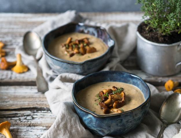 Zupa krem kurkowy w niebieskich miseczkach, bagietce i tymianku