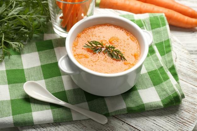Zupa krem marchewkowa z warzywami na stole