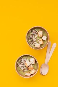Zupa krem z brokułów w jednorazowym kubku z papieru kraftowego