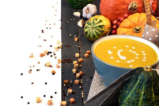 Zupa krem z dyni podawana z kompozycją granicy pestek dyni,