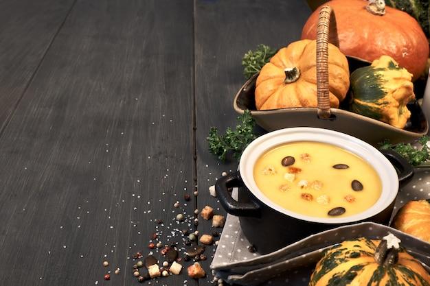 Zupa krem z dyni w ciemnej ceramicznej patelni