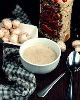 Zupa krem z grzybów w białej misce