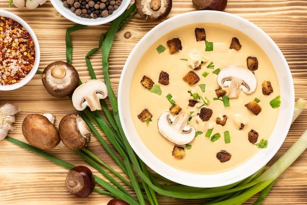Zupa krem z kasztanów na drewnianym stole. widok z góry.
