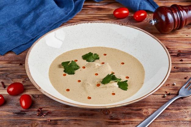 Zupa krem z kurczaka satsivi w sosie orzechowym, kuchnia gruzińska, drewniana