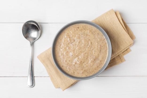 Zupa krem z pieczarek na drewnianej powierzchni