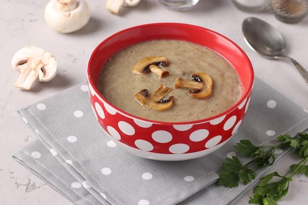 Zupa krem z pieczarek na jasnoszarym tle, zbliżenie, format poziomy