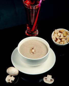 Zupa krem z pieczarek z krakersami w białej misce