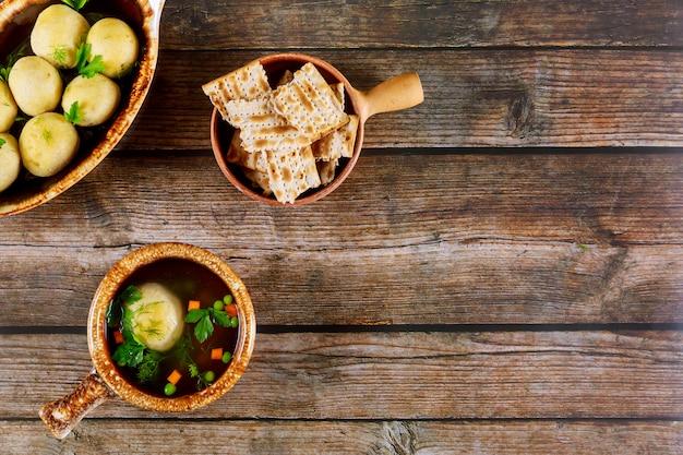 Zupa kulkowa matzo z marchewką i natką pietruszki z chlebem matzoh i kulkami matzo